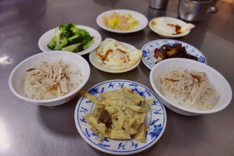 鶏と卵のゴールデンコンビ・鶏肉飯に半熟目玉焼きをトッピング!
