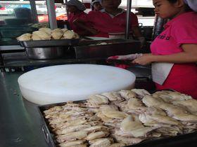 バンコク「ピンクのカオマンガイ」ラーン・ガイトーン・プラトゥーナムで本場の味を堪能する!