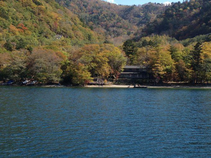 湖上から眺める紅葉とイタリア大使館別荘の凛とした佇まい