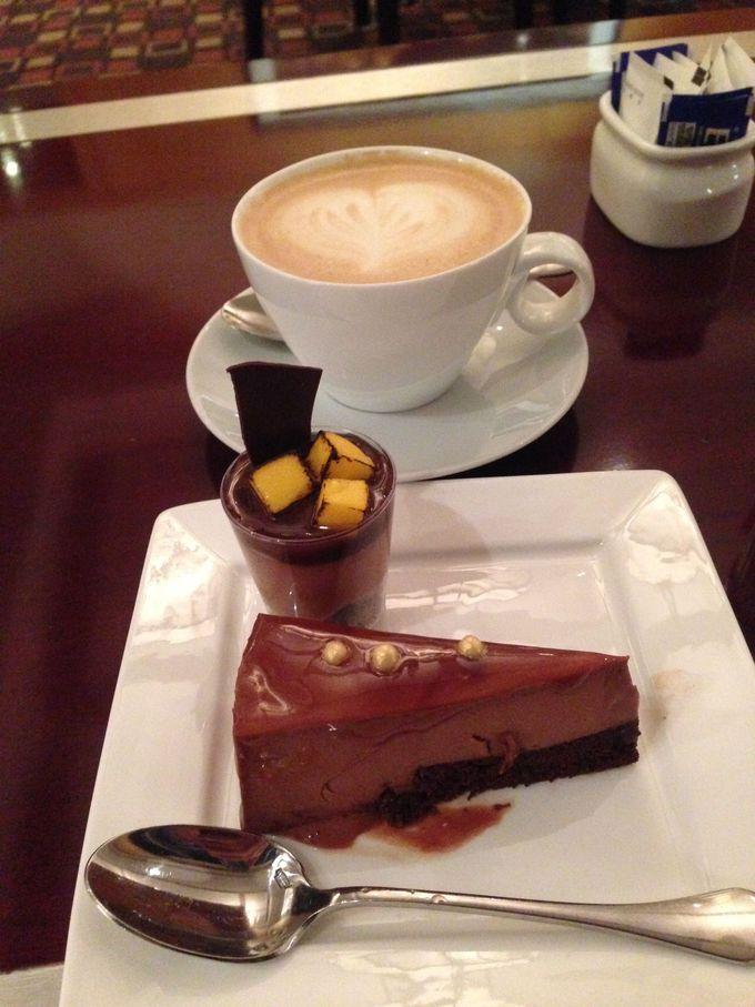 アフタヌーンティータイムはケーキとお茶でのんびりと