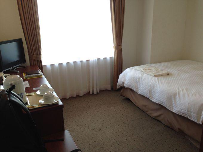 コンパクトにまとめられた快適な室内と寝心地のよいベッド
