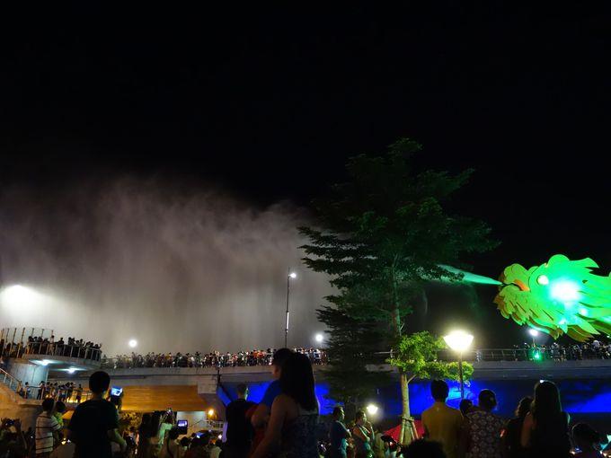炎だけじゃない!水を噴くドラゴンに人々は大興奮!