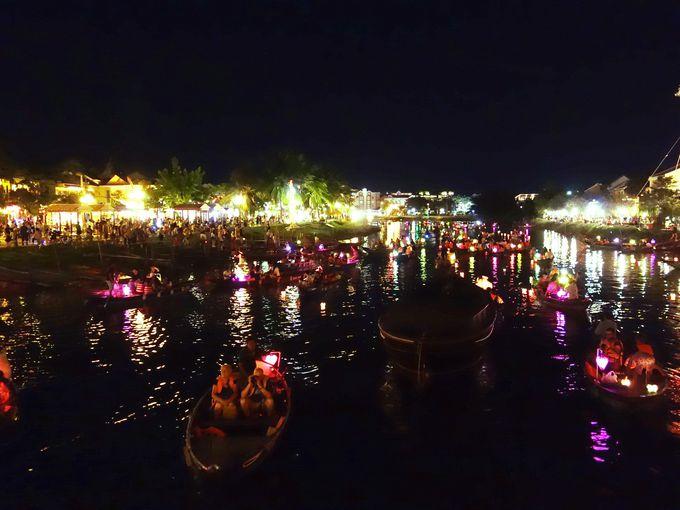 風情あるトゥボン川の灯籠流し