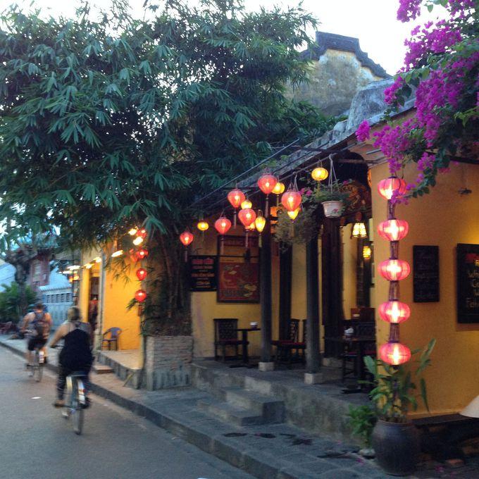 オシャレな古い町並みにランタンが灯り始める薄暮