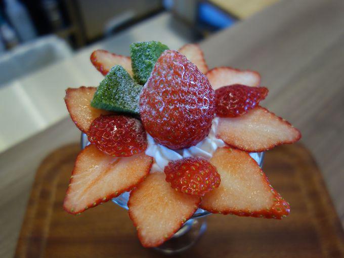 まるでイチゴの花が咲いたよう!バウムinおとめパフェ