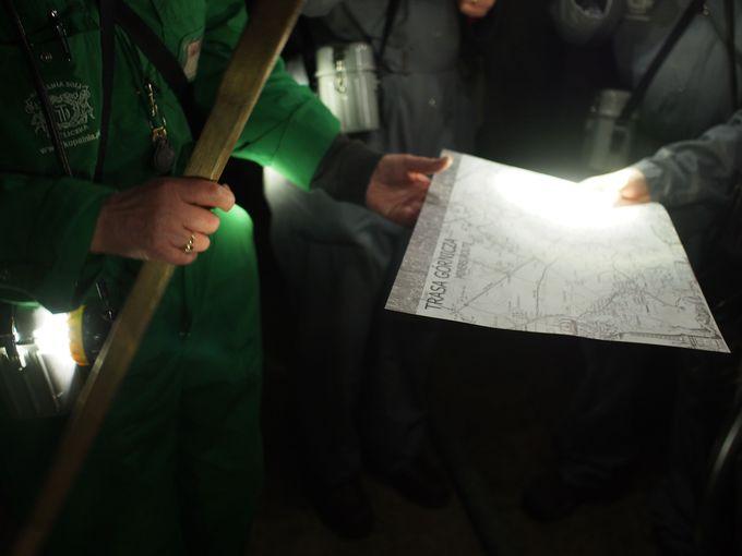 暗闇の採掘坑を探検