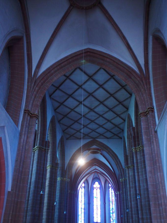 青の教会と呼ばれる理由