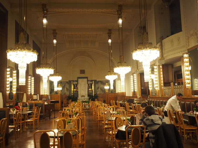 市庁舎の中にある荘厳なカフェKavarna Obecni dum