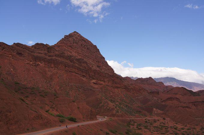 太古の地層が露出した渓谷からカファジャテヘ