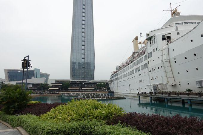 入り口には大きな客船が