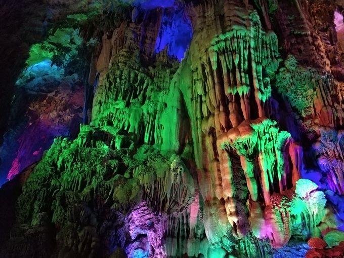 4.色鮮やかにライトアップされた鐘乳洞 芦笛岩