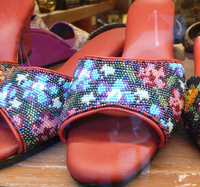 プラナカンのサンダルと手縫い刺繍