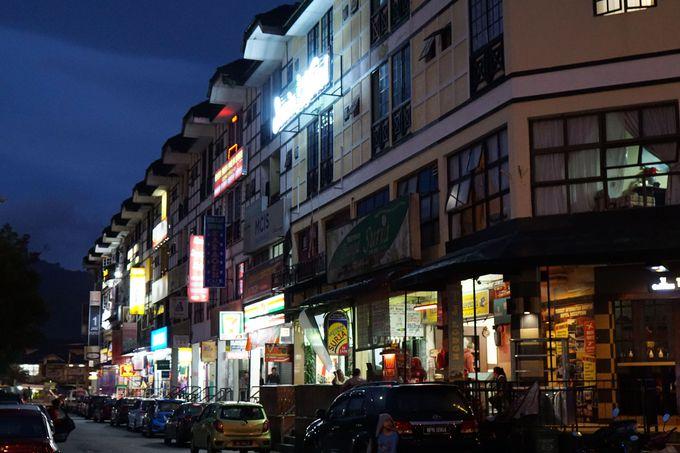 街並みは、観光客のためのホテルが目立つ