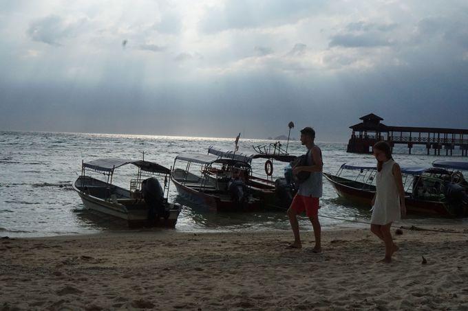 夕暮れの浜辺は、波の音を聞きながら海の幸を食す