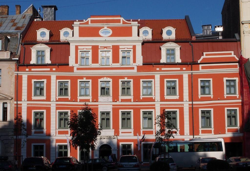 18世紀の赤い建物が目印