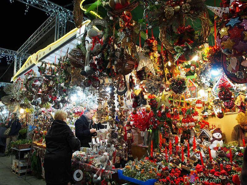 雑貨やクリスマスツリーがメインのマーケット