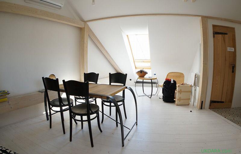 屋根裏部屋ワンルームの白い部屋
