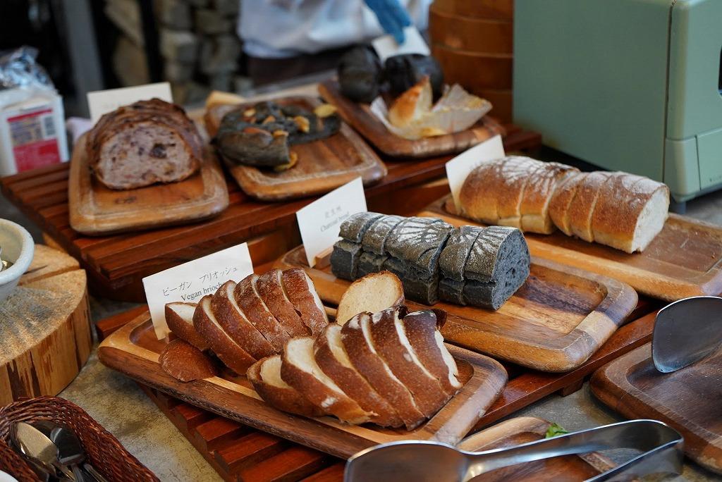 朝食の自家製ベーコンは逸品!ベーカリーのパンとともに味わって