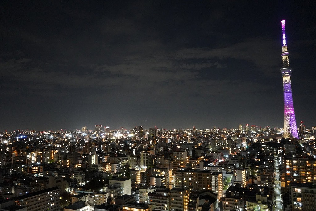 東京の夜に浮かんでいるような夜景を楽しむ