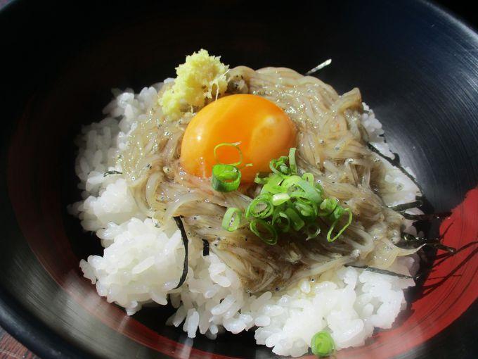 ちょっと甘め?生卵&沖漬けしらす!「赤富士丼」!
