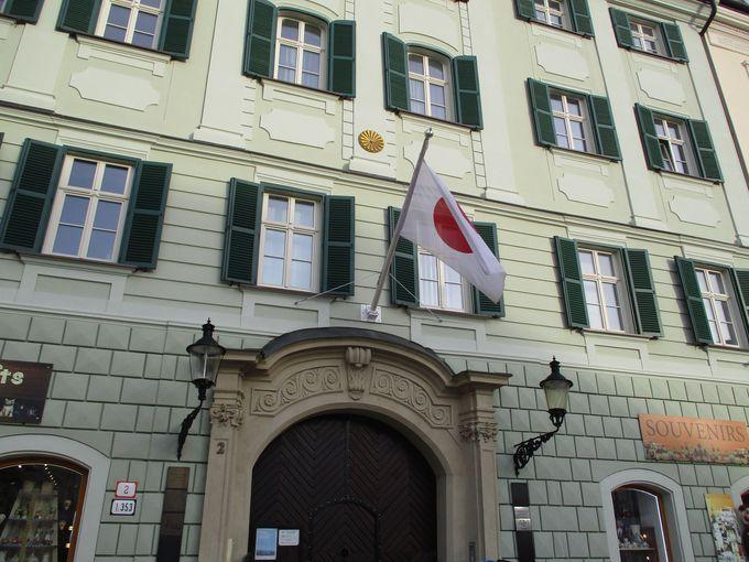 街並みの一角にパステルグリーンの日本大使館・・・前にも銅像が!?