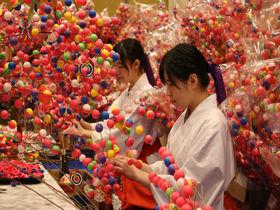 熱海・來宮神社で初詣!パワースポットの巨木からカラフルな縁起物まで