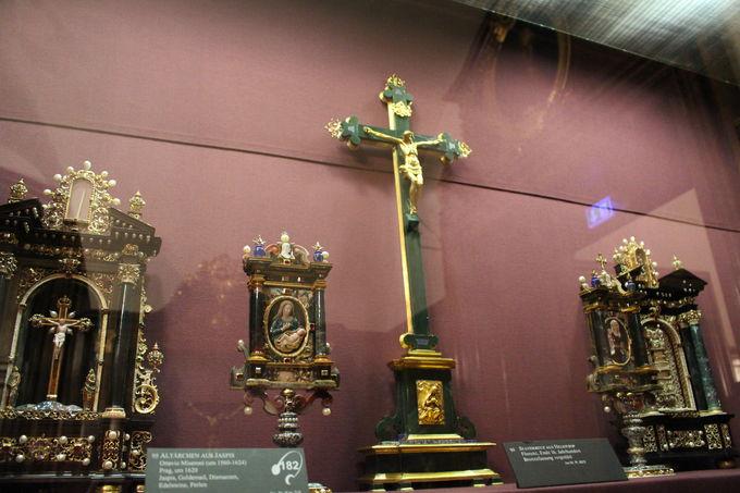 豪華な祭壇や十字架は教会の影響力のあかし