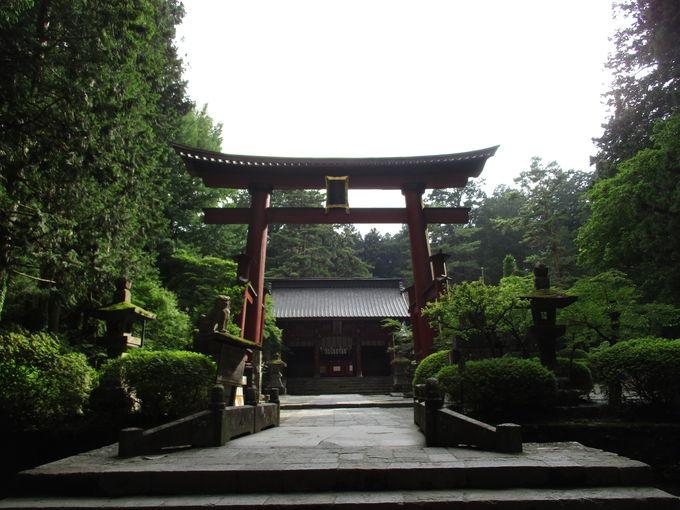 歴史ある神社は富士山とともに