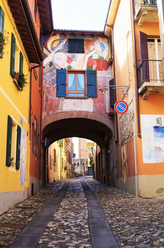 建物の壁がキャンバス 美しい壁画に飾られた町