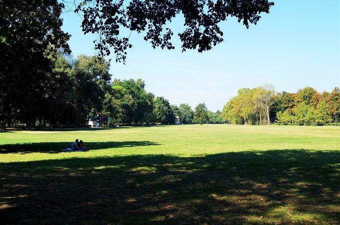 広い歴史ある公園で休憩も…