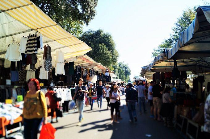 どこまでも続くお店の列!マーケットは地元の人と観光客で大賑わい