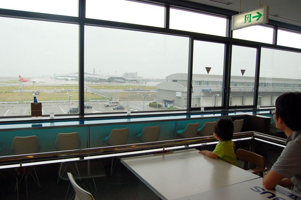 飛行機をじっくり眺めたい方はカウンター席、ゆっくり食事をしたい楽しみたい方は広いテーブル席がおすすめ