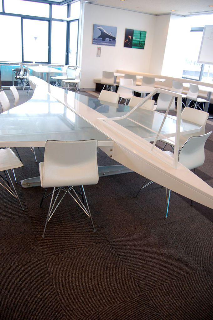 超音速旅客機コンコルドの形をしたテーブルも!