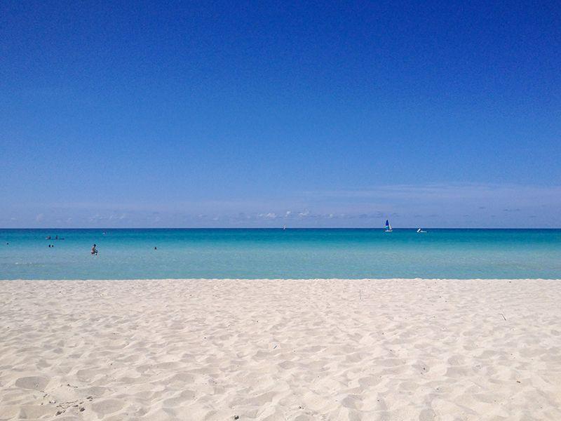 どこまでも続く青い海と白い砂浜