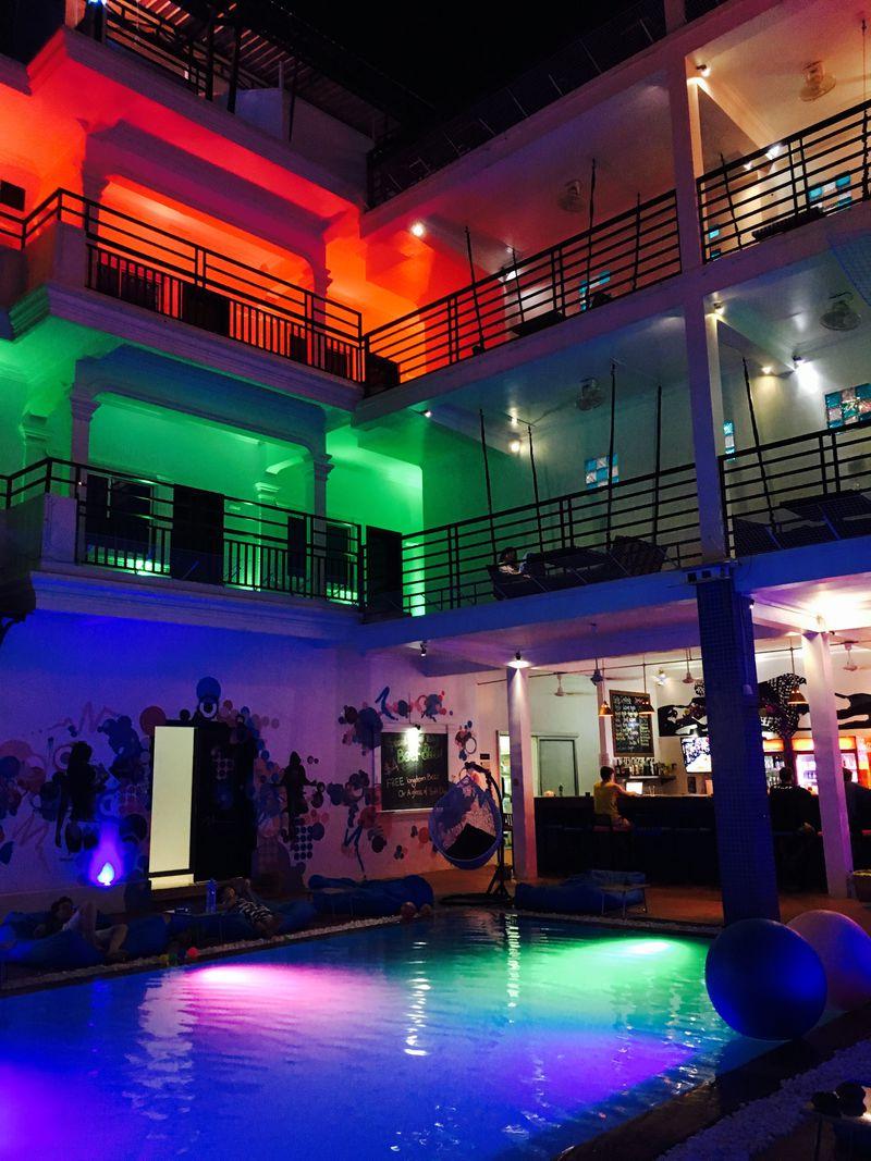 カンボジアでオシャレ体験!ネオン輝くホステル「ファンキー フラッシュパッカー ホステル」
