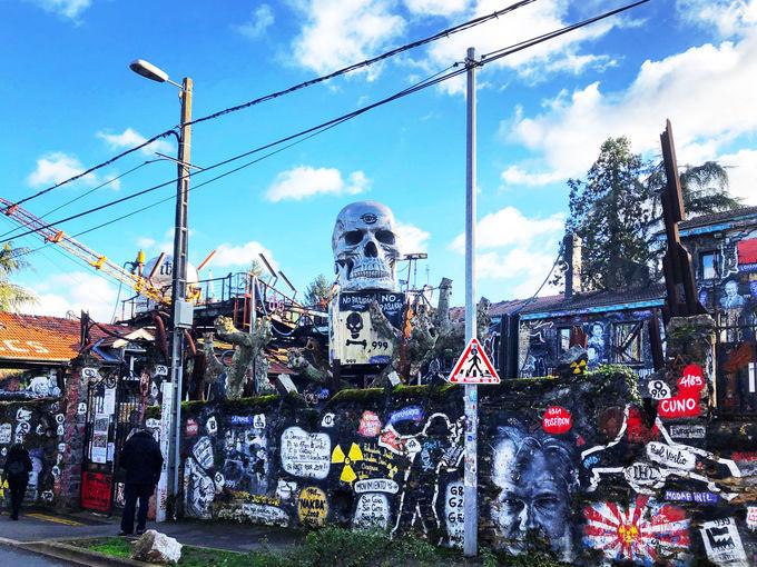 アパートが立ち並ぶ住宅街に突如現れるドクロと外壁アート