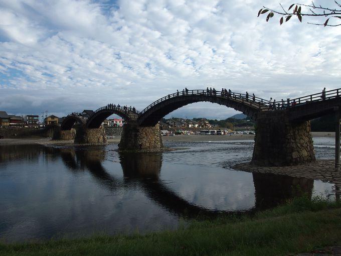 江戸時代にタイムスリップ!錦帯橋を大名行列が練り歩く?!「釘が一本も使われていない橋」の真相とは?