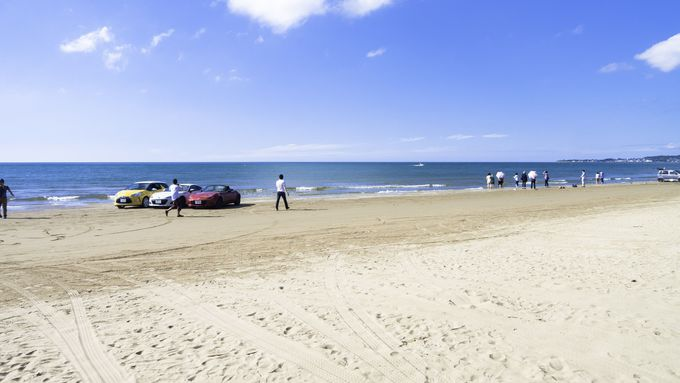 清々しい青空のもと車で砂浜を走る「千里浜ドライブウェイ」