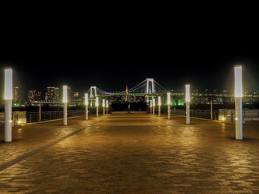 海に向かう広場からの景色は夜もきれい