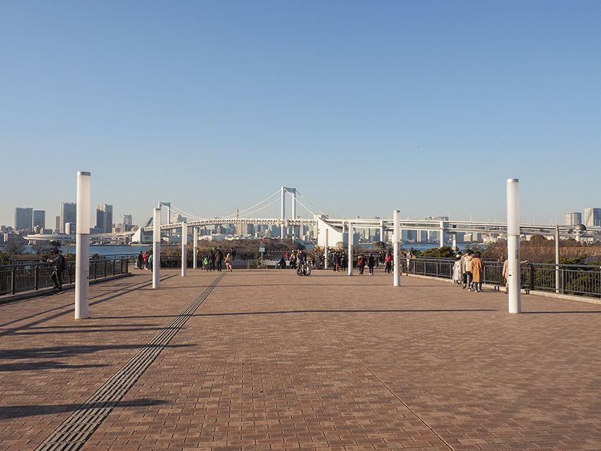 踊る大捜査線ロケ地としての展望デッキと海に向かう広場