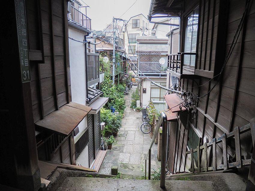 路地裏の樋口一葉旧居跡