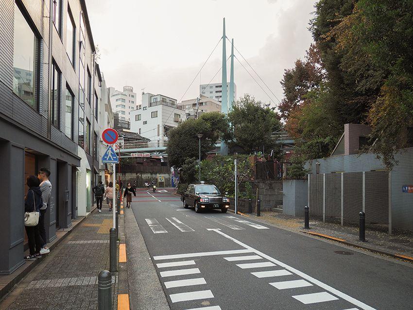 代官山駅前の橋と公園