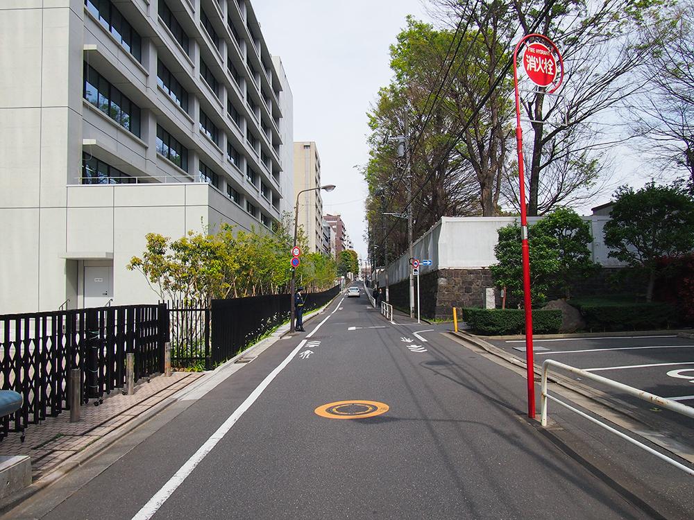外濠からすぐの富士見坂