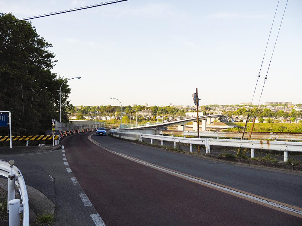 雄大な多摩川と羽村大橋の景色が一望できる江里坂