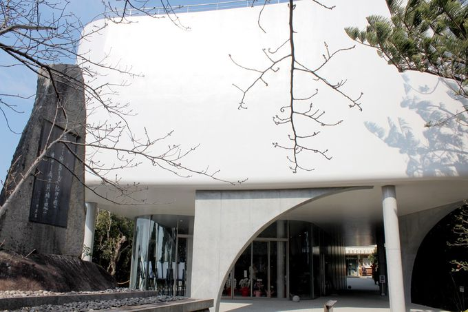 リニューアルの目玉は、オシャレで美しい純白の新館