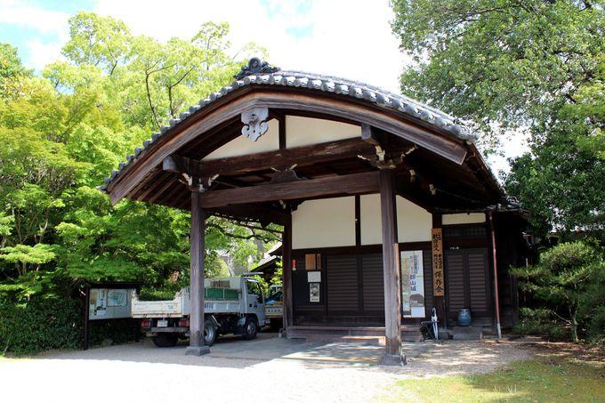 城跡内に建つ柳沢文庫・城址会館にも立ち寄ってみよう