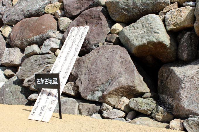 """数多くの石塔・石仏が積み上げられた """"転用石"""""""
