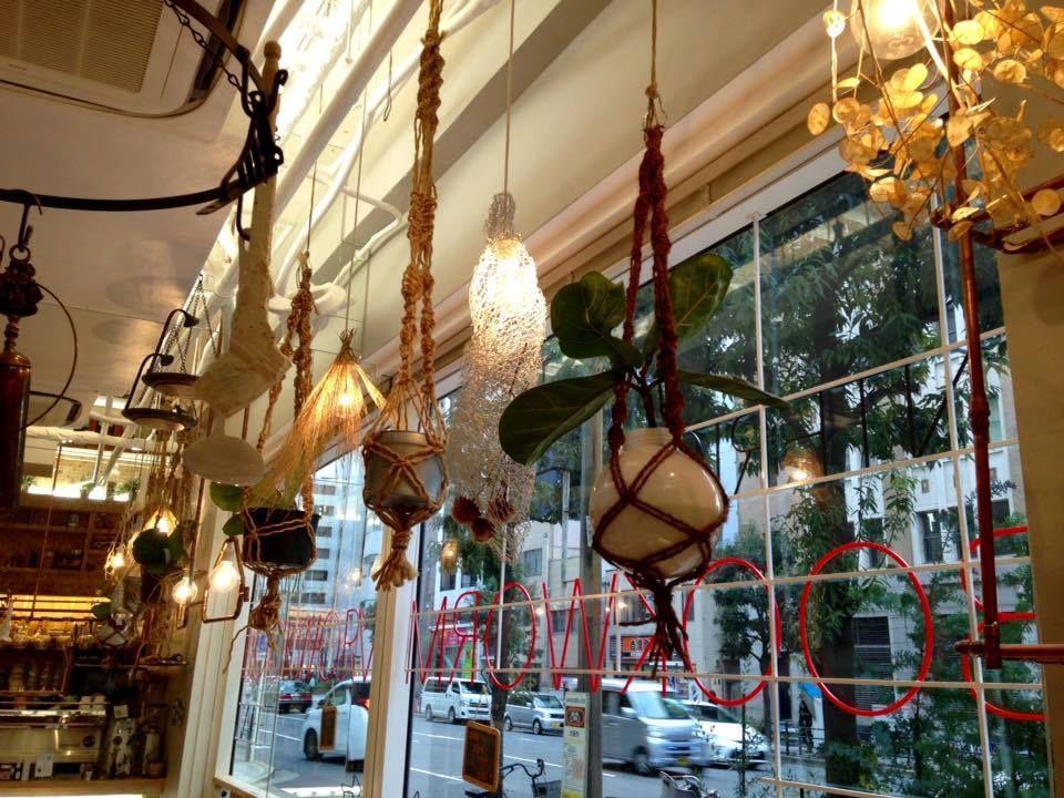 吊るしモノが店内の楽しいリズム