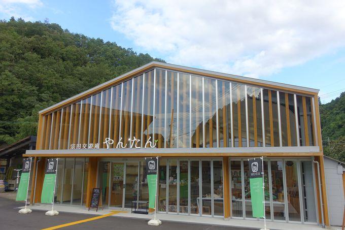 湯屋谷の山を映すガラスの建物