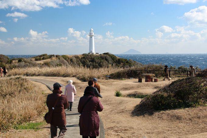 象徴的な景観を見せる、岬の灯台